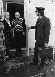 Eldere ektepar får besøk av postmann