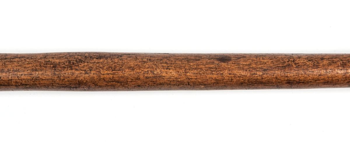 Kastspjut, dubbeleggat, med lång tånge. Eggjärns längd 11cm.  Afrika.