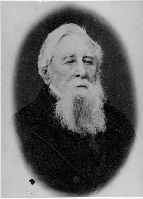 Porträtt av en äldre man med vitt hår och skägg.