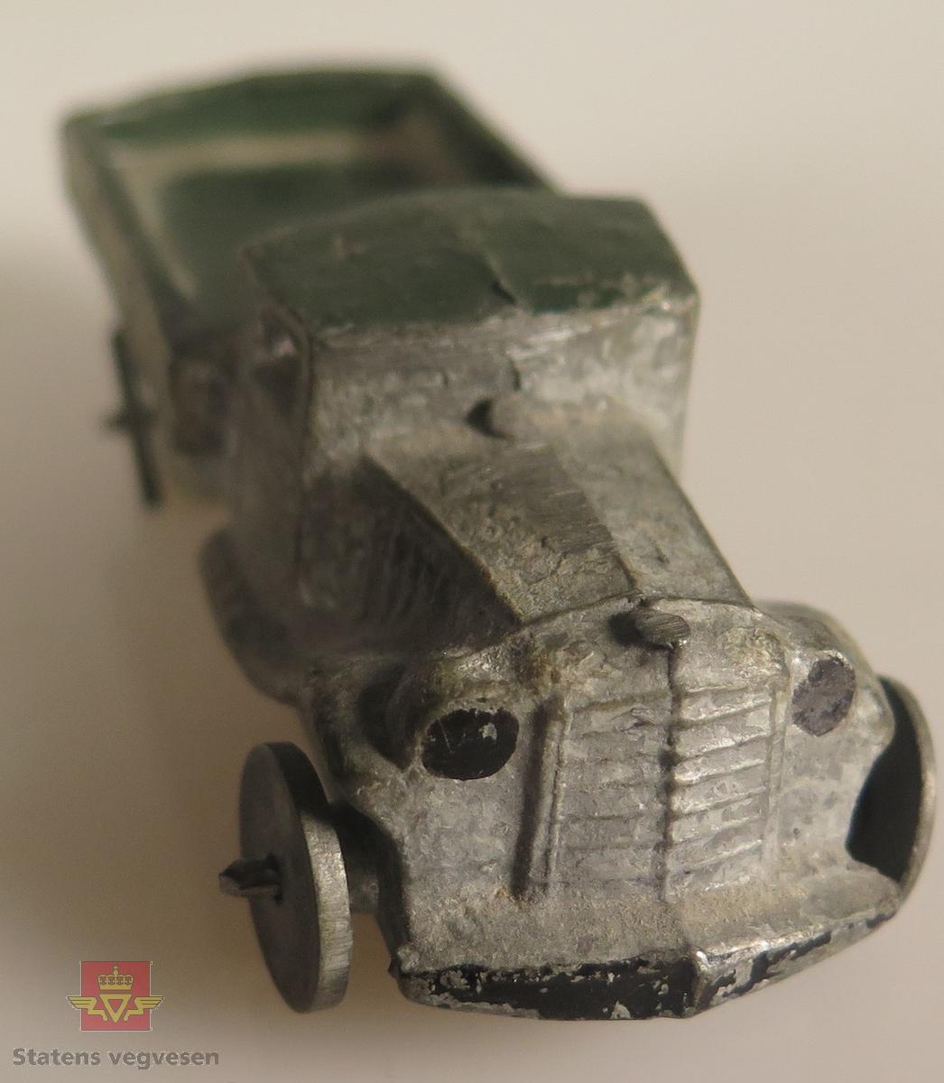 Modellbil av en Ford AA, modellbilen er farget sølv og er litt tung.