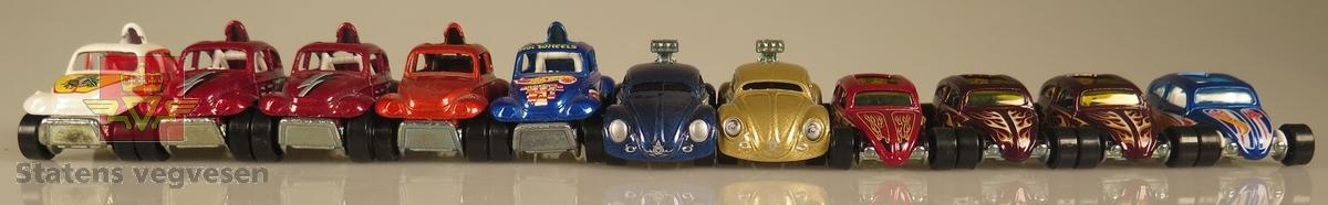 """Samling av flere modellbiler. Alle er av samme produsent og produsert i lik tidslinje. 2 biler er vinrøde med hvite flammer, 3 biler er røde, 3 biler er blå to av dem med """"Hot Wheels"""" dekaler, 1 bil er hvit, 1 bil er farget gull og 1 bil er oransje. Alle er laget av metall og har en skala på 1:64"""