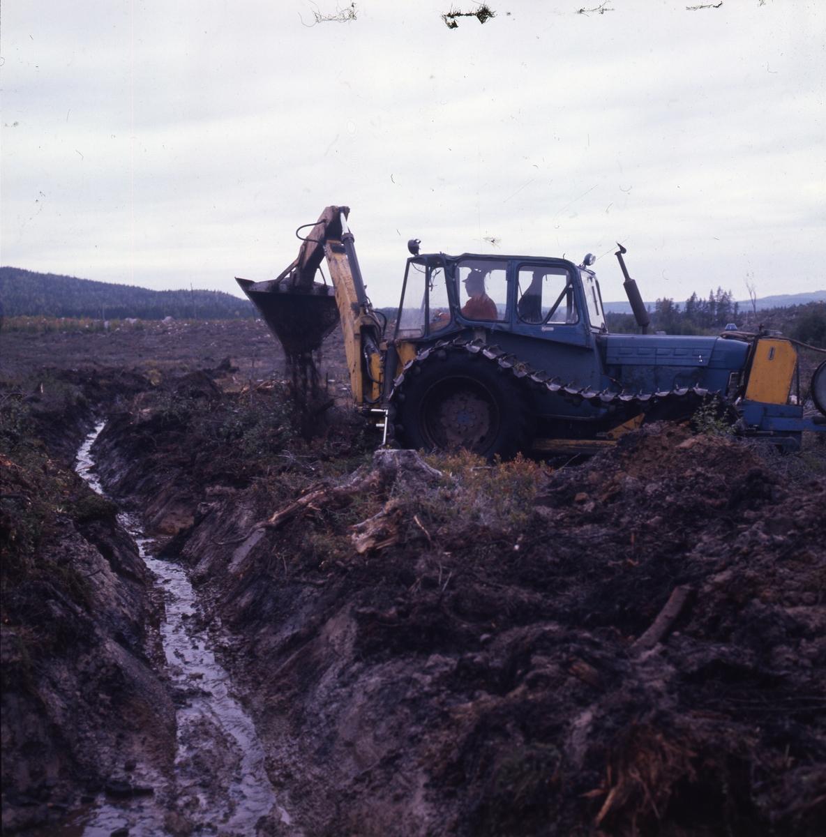Dikning. Traktor jobbar i blöt mark.