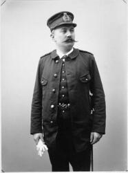 Porträtt i helfigur av jägmästare Witt i uniform. Han håller