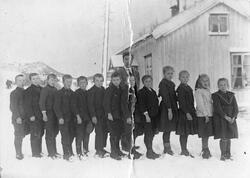 Elever og lærer ved Skogen skole på Rindalsskogen, ca. 1917.