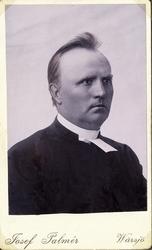 Foto av en man i prästrock och prästkrage,  Bröstbild, halvp