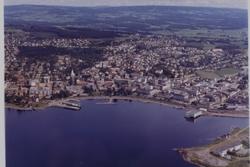 Flyfoto, Skibladnerbrygga, kirka, Hamar sentrum og Mjøsa.