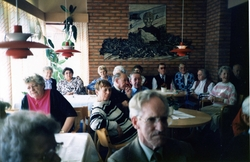 Flera personer är samlade på Brattåsgården, 1990-tal. Från v