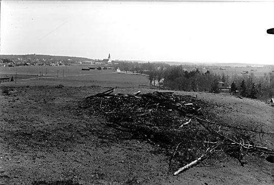 Kvarlämnat skräp efter valborgsmässoeld på gravhögens topp, Ströbohög i Köping.