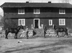 Staur gård, Stange. Drengestua. F.v Ole Berntsen og gårdsbes