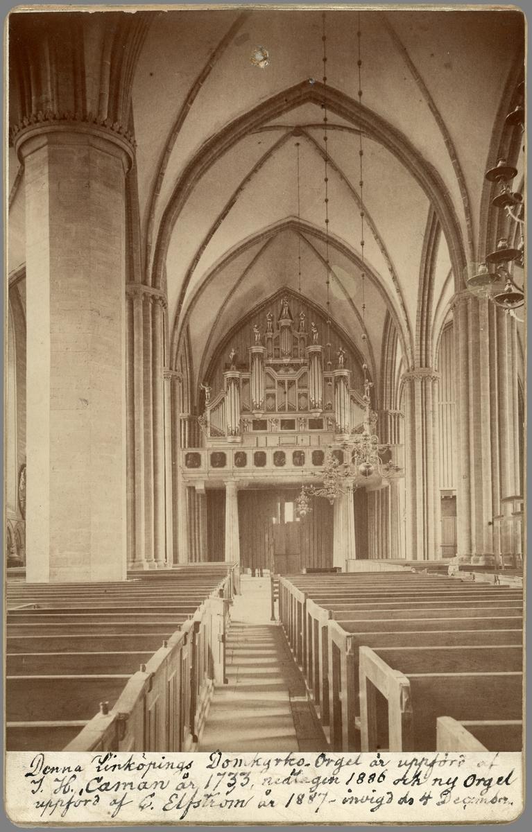 Äldre interiör från Linköpings domkyrka som visar kyrkans orgelfasad före nedmonteringen 1886. Nämnda år revs orgelbyggare Johan Niclas Cahmans orgel från 1733 för att året därpå ersättas med nytt orgelverk av Carl Elfström.