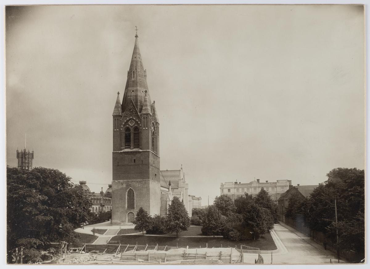 Nikolaikyrkan och Nikolaigatan mot öster efter 1903, troligen ca 1912. I bildens framdel har startat bygget för Post och telehuset, som byggdes 1912-1914.
