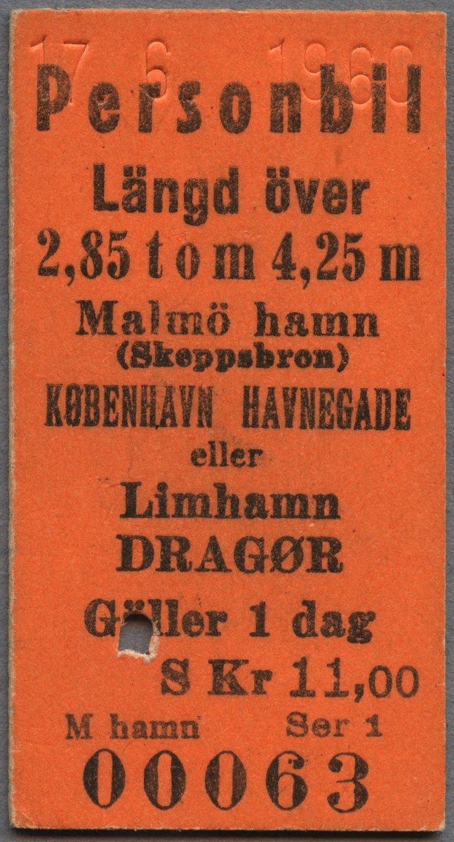 """Bilbiljett för personbil med längd 2,85 t o m 4,25 meter. Orange biljett av Edmondsonskt format. Biljetten var giltig en dag på sträckan Malmö hamn (Skeppsbron) København Havnegade eller Limhamn Dragør. Biljetten kostade 11 svenska kronor. I toppen finns ett datum präglat och biljetten är klippt. På biljettens baksida står det """"Påfyllning av motor-bränsle får icke äga rum ombord. Järnvägen ansvarar inte för skada, som kan uppkomma vid befordringen."""""""
