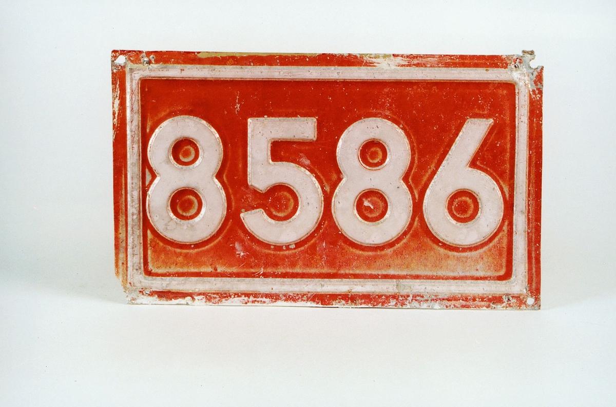 Postmuseet, gjenstander, skilt, stedskilt, nummerskilt, 8586 (Svartskard).