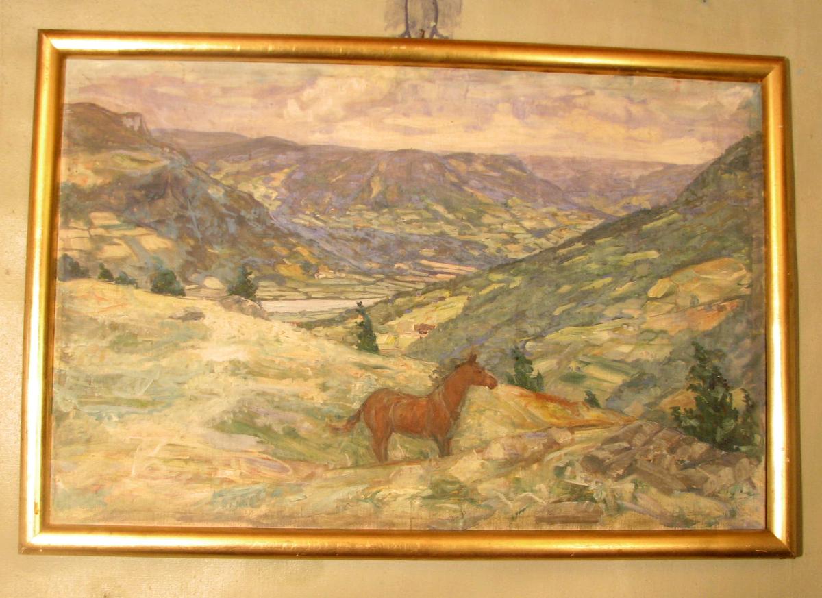 Rektangulær, ramme:halvsirkelf. tverrsn.. Landskap, brun hest midt i forgrunnen, utsikt over dal, høy horisont