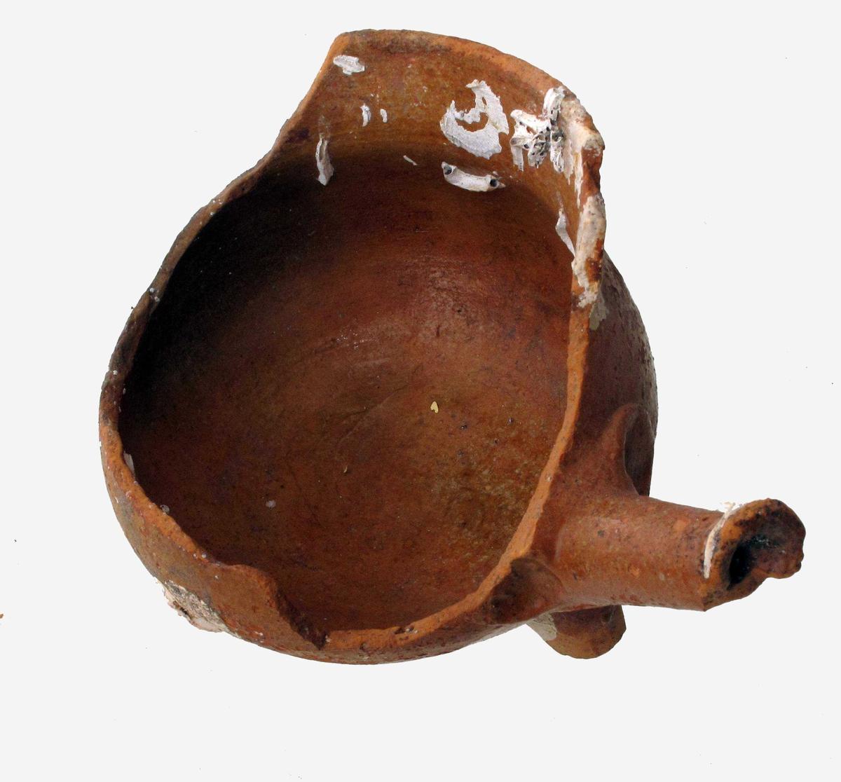 Stjertpotte,  liten.   Leirtøy,  rødbrunt gods, rødbrun   glasur  med hvitt skjellbelegg.   H. 9. Opprinnelig munning ca. 10.  Liten, usotet potte på tre kraftige korte ben,  rundet korpus, rett oppstående brem med profilringer  på utsiden, rørformet tynn stjerthank med et finger-  avtrykk på hver side i godset.    Tilstand: litt av hanken avslått ytterst, en stor del av siden avslått, noe av bruddkanten  ser ut til å være ny.