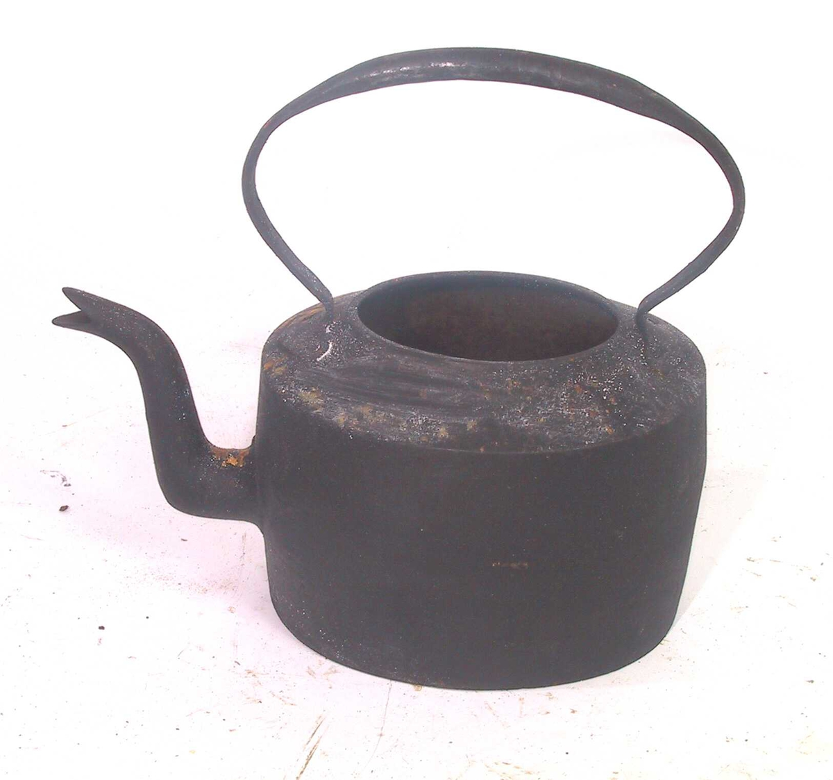 Form: Oval rettsidet kjele med hank, under bunnen