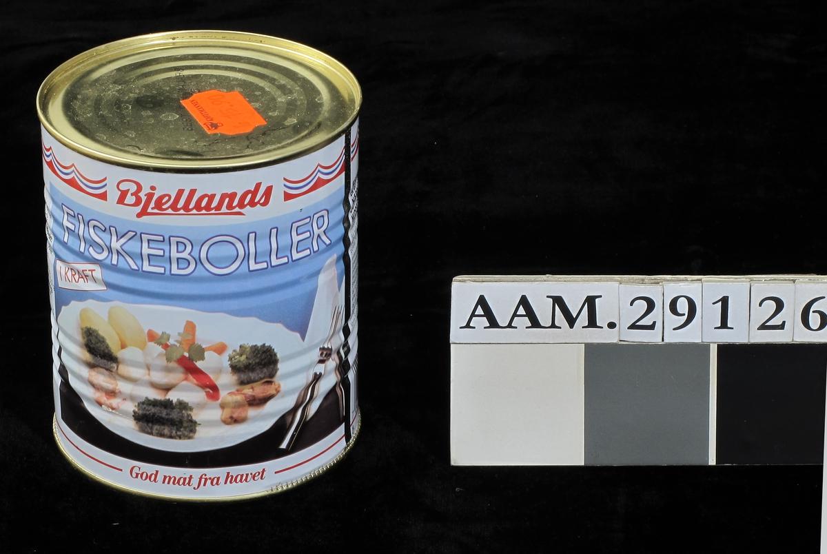 Middagstallerken med fiskeboller, poteter og grønnskaker,  fargefotografi