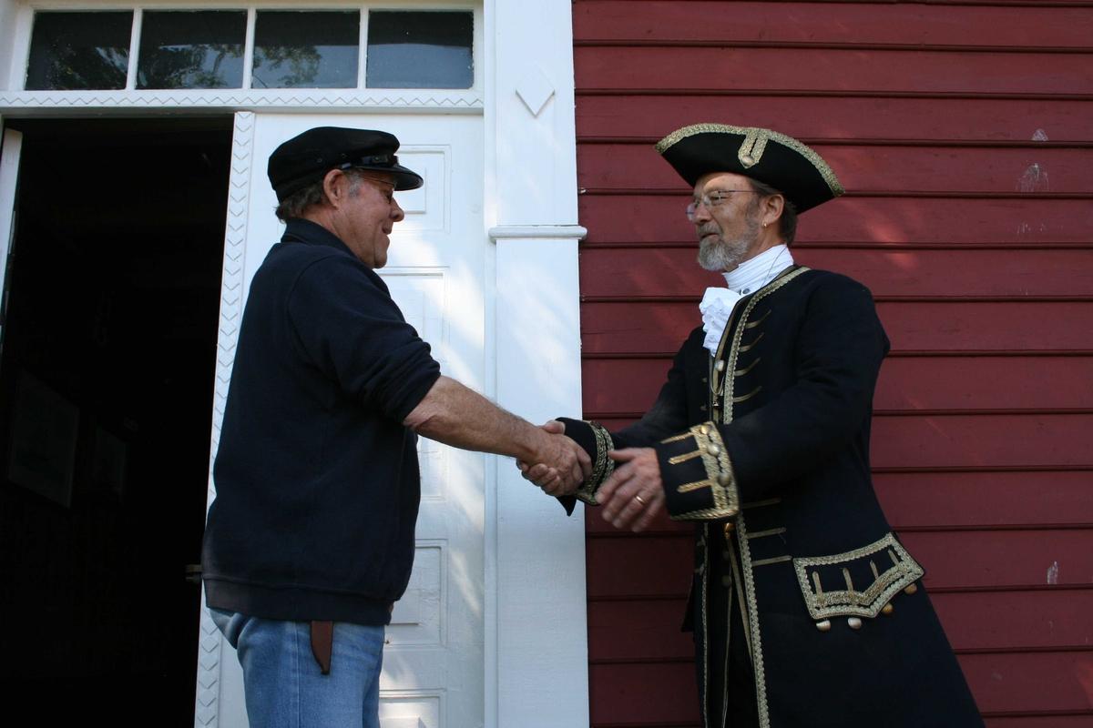 Merdøgaard. Kaptein på skipet Götheborg III ønskes velkommen av Leif Svalesen. Kapteinen har ført ostindiafareren til Kanton og tilbake - det er en ekte kinakaptein  som ønskes velkommen til Merdøgaard!