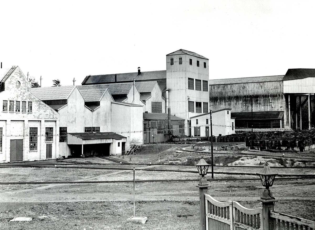 Nitriden. Elektrodefabrikken. Taubanens endestasjon til høyre. Midt på bildet skinnegang for intern transport. Nederst til høyre fabrikkport med lampearmaturer.