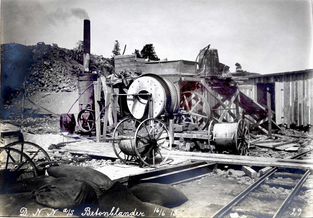 """""""16/06-1913"""" Nitriden. Betongblanderi. Trillevogner for betong (med store hjul). Skinnegang for traller. Arbeidsbrakker."""