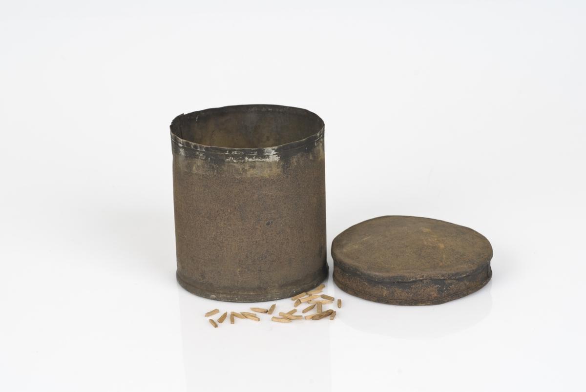 Skoplugger i forskjellige størrelser i en rund metallboks.