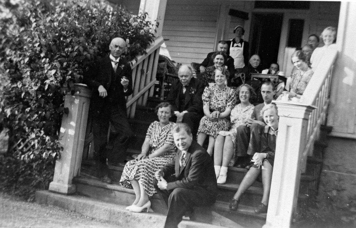 "Familien Eger på trappen til haven på ""Vestraat"". Huset er produsert på STrømmen Trævarefabrik."