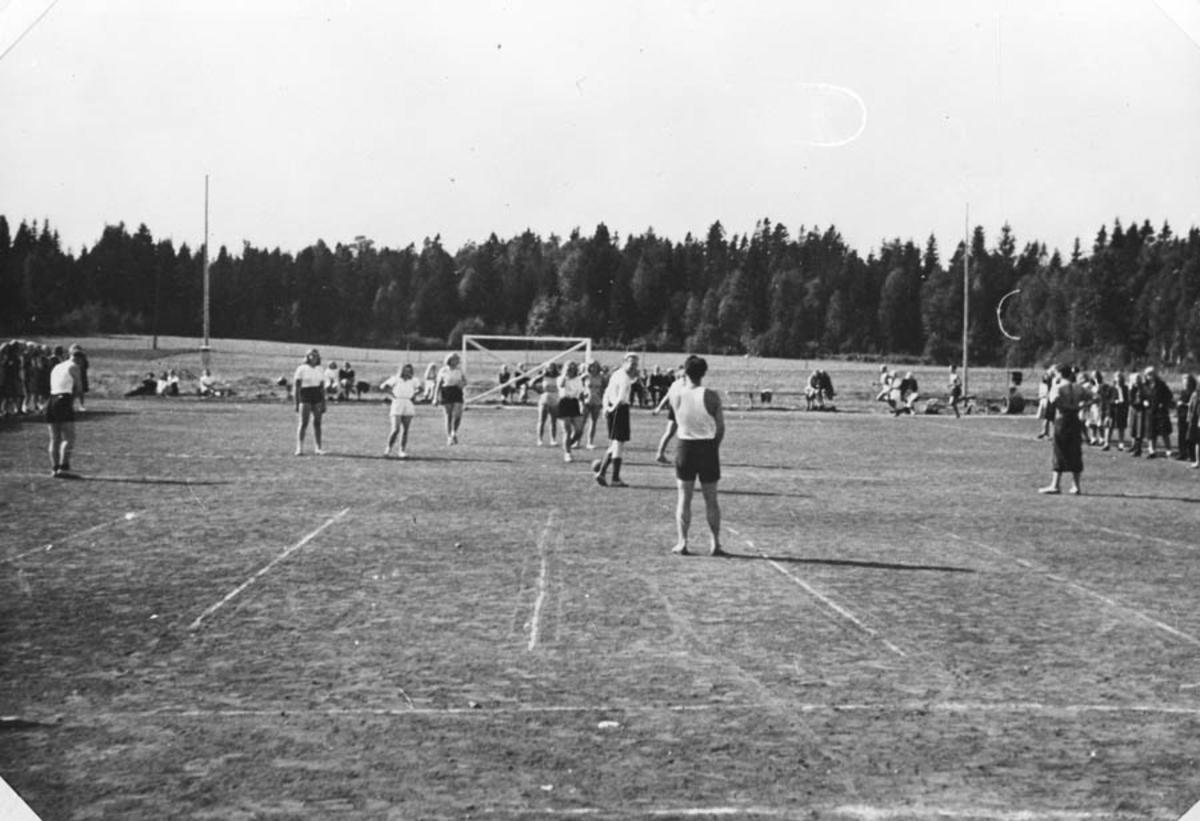 Håndballkamp mellom elever (jenter) og lærere.