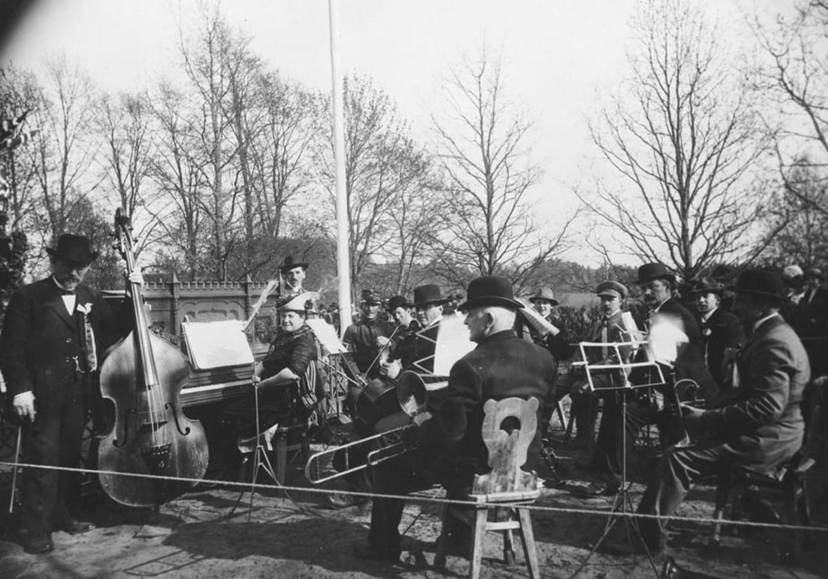 """Concordiaorkesteret spiller i """"Aasparken"""" ved Falsenstøtta."""
