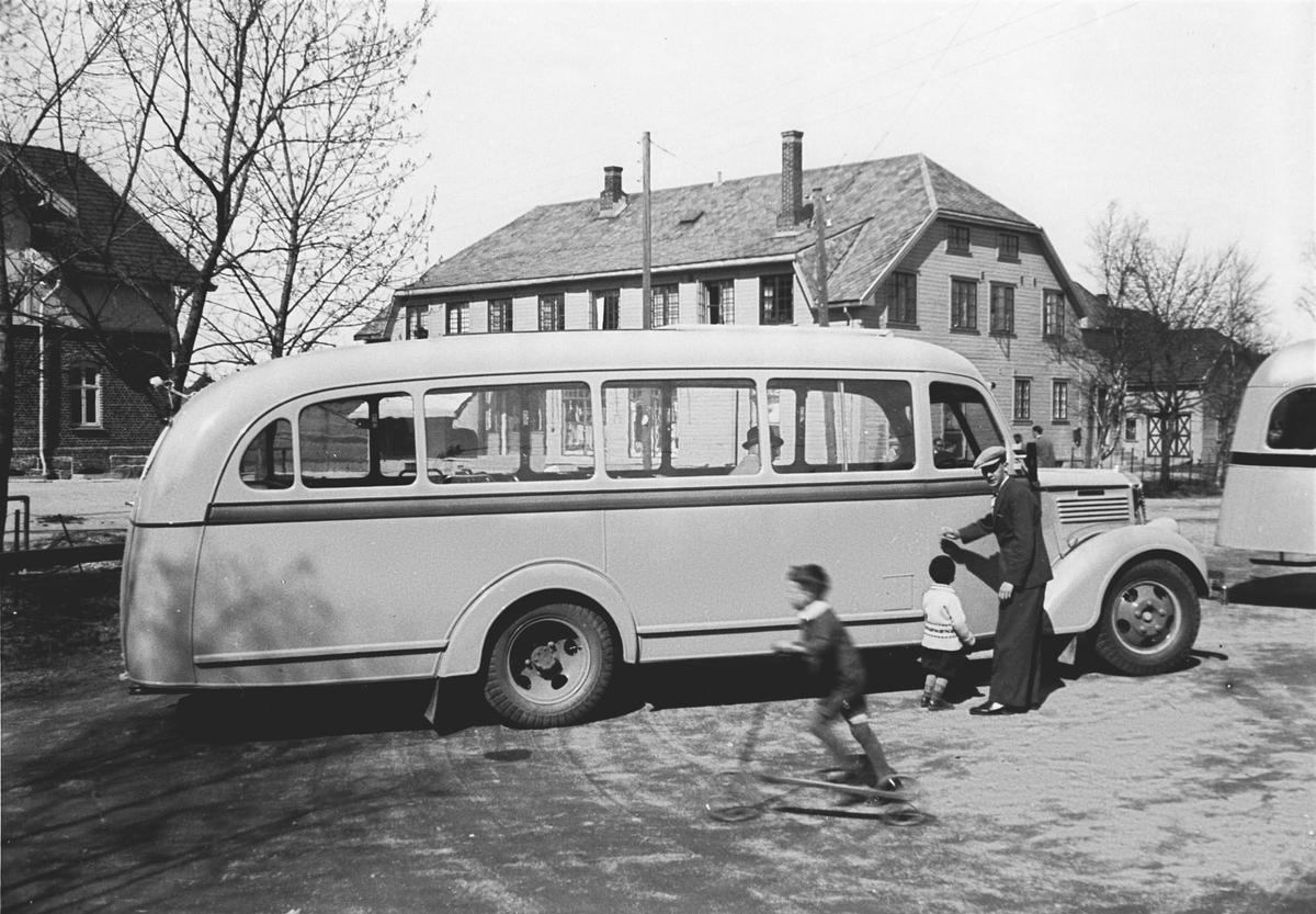 Den første bussen som gikk mellom Drøbak og Ås.