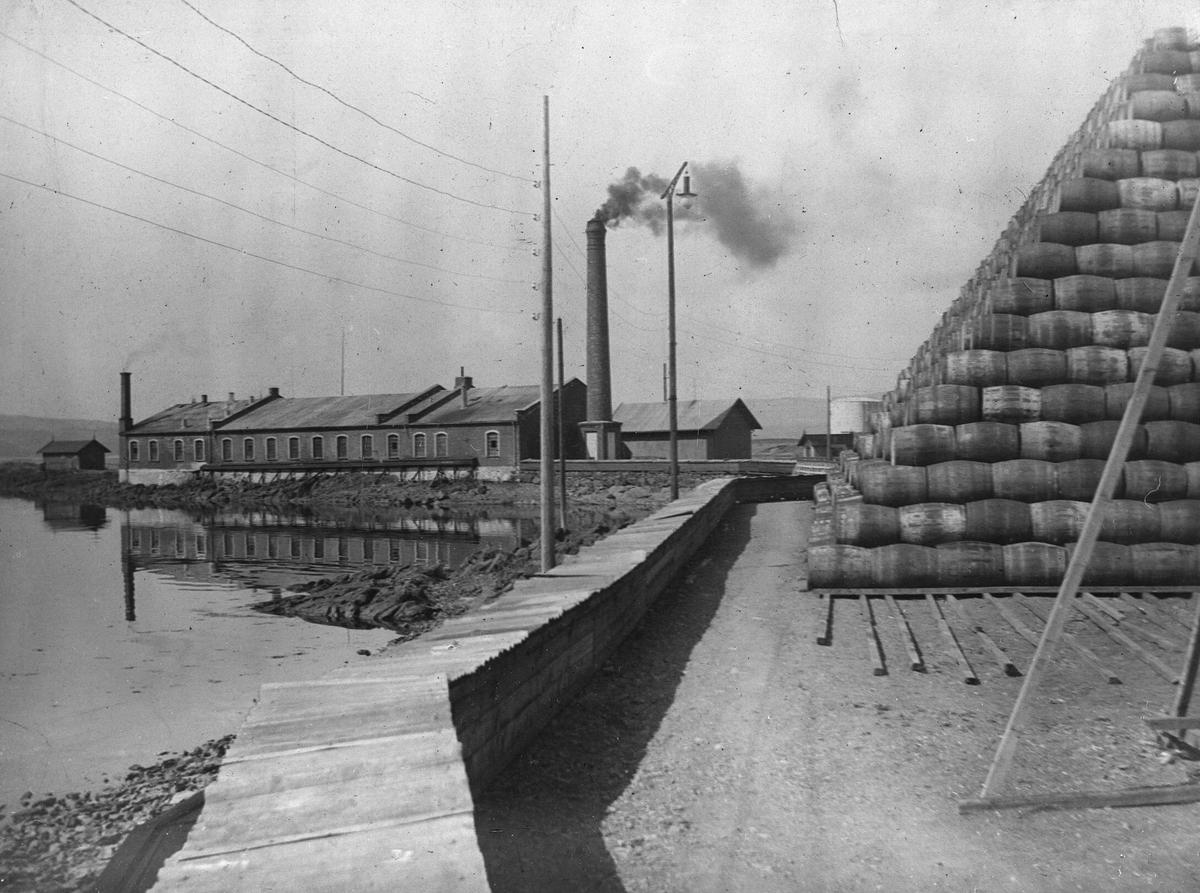 Tønneverkstedet med Ttnnestabel på kaia, strømledninger.