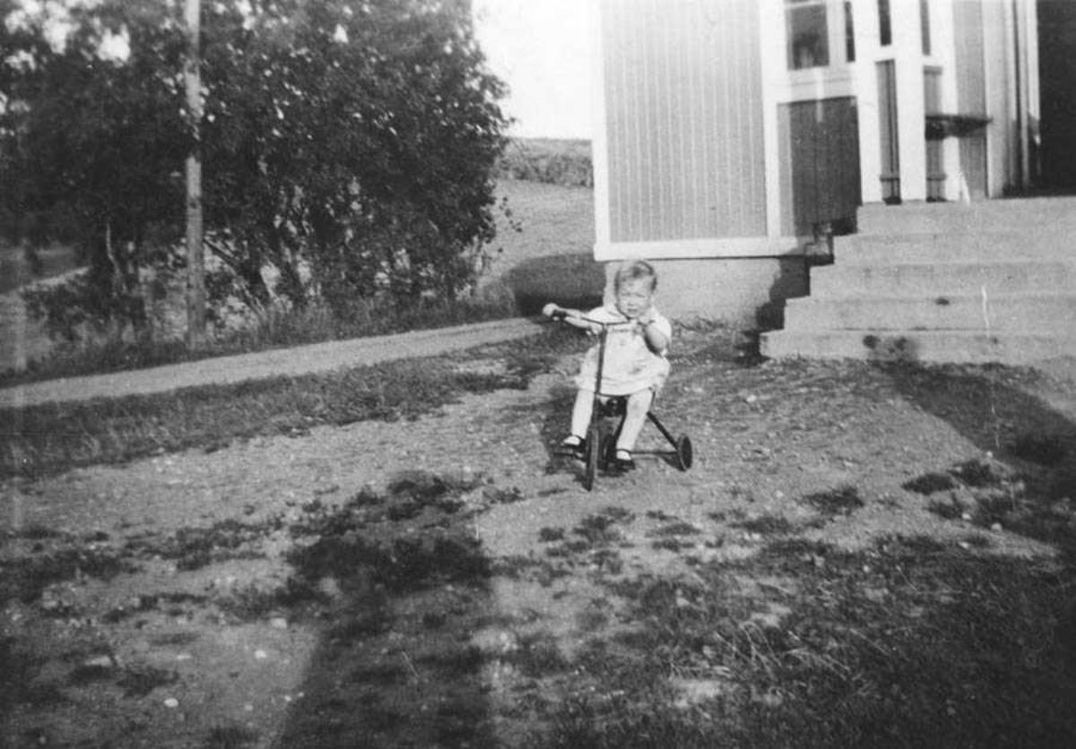 Liv Brenden og broren 17. mai i Fet Tuen.