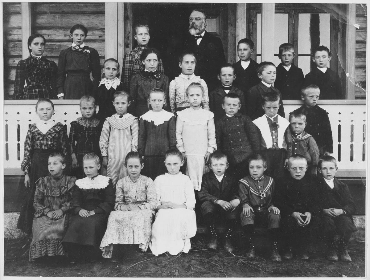 Skolebilde fra Roven skole da denne var helt ny i 1904.  Lærer Johan Gotlieb Wiesenbach med elever.