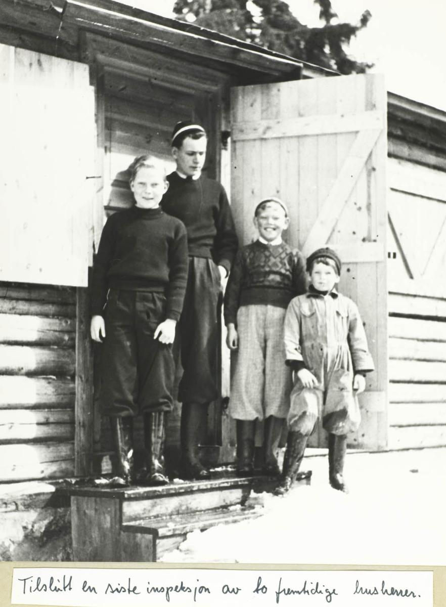 Fire personer på en hyttetrapp.