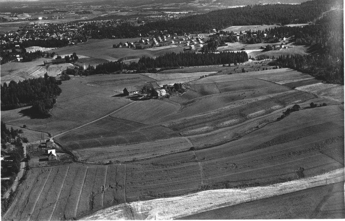 Flyfoto av Plåterud gård (midt i). Strømmen i bakgrunnen.