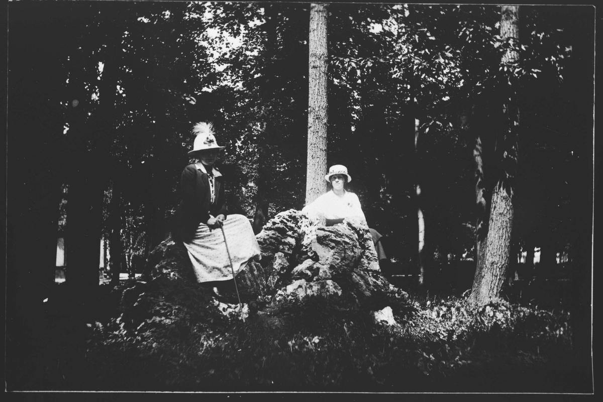 To damer i skogen.
