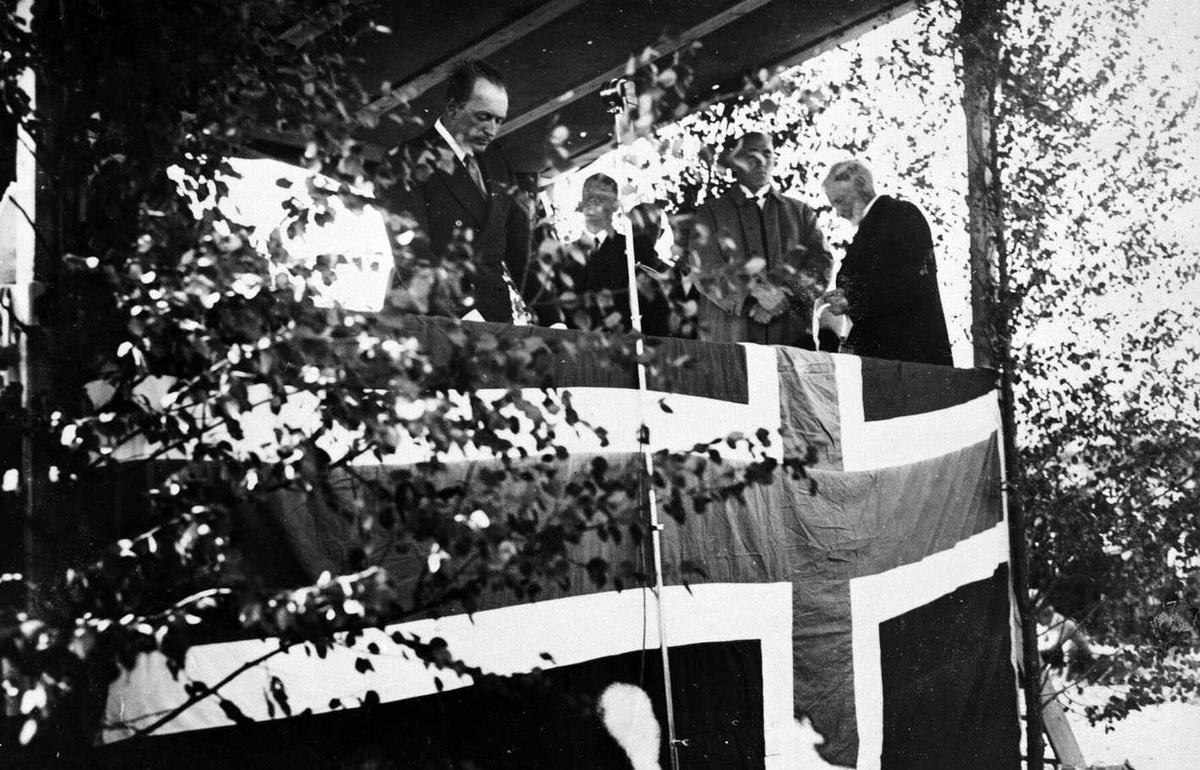 Olavbautaen ved Hellerudsletta Avdukingen 12. 8. 1934 Bildeserie fra festlighetene rundt avdukingen