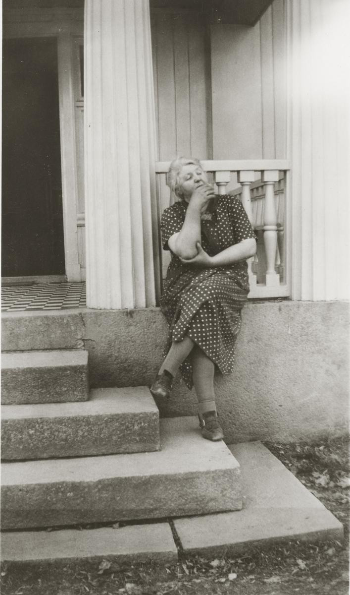 Helga Frogner har røykepause på trappen.
