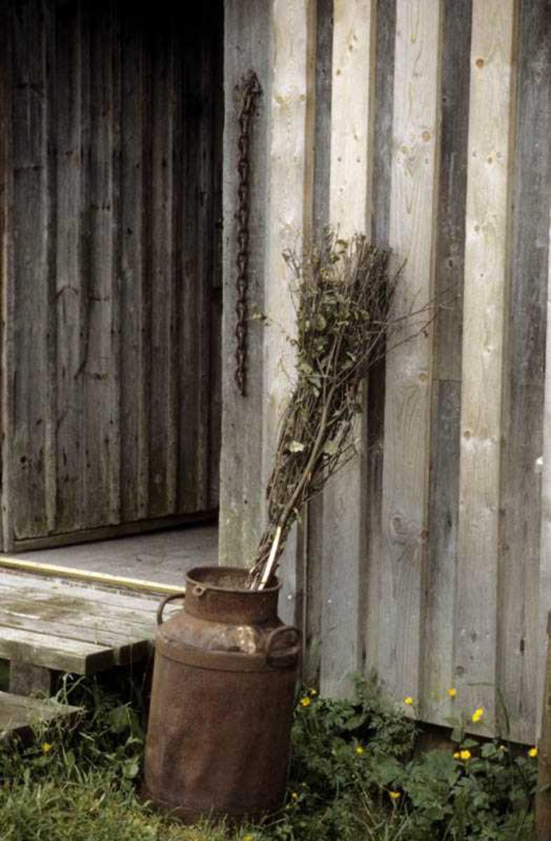Inngangen til bolighus ved Engerholm husmannsplass. Melkespann med kvist/sopelim