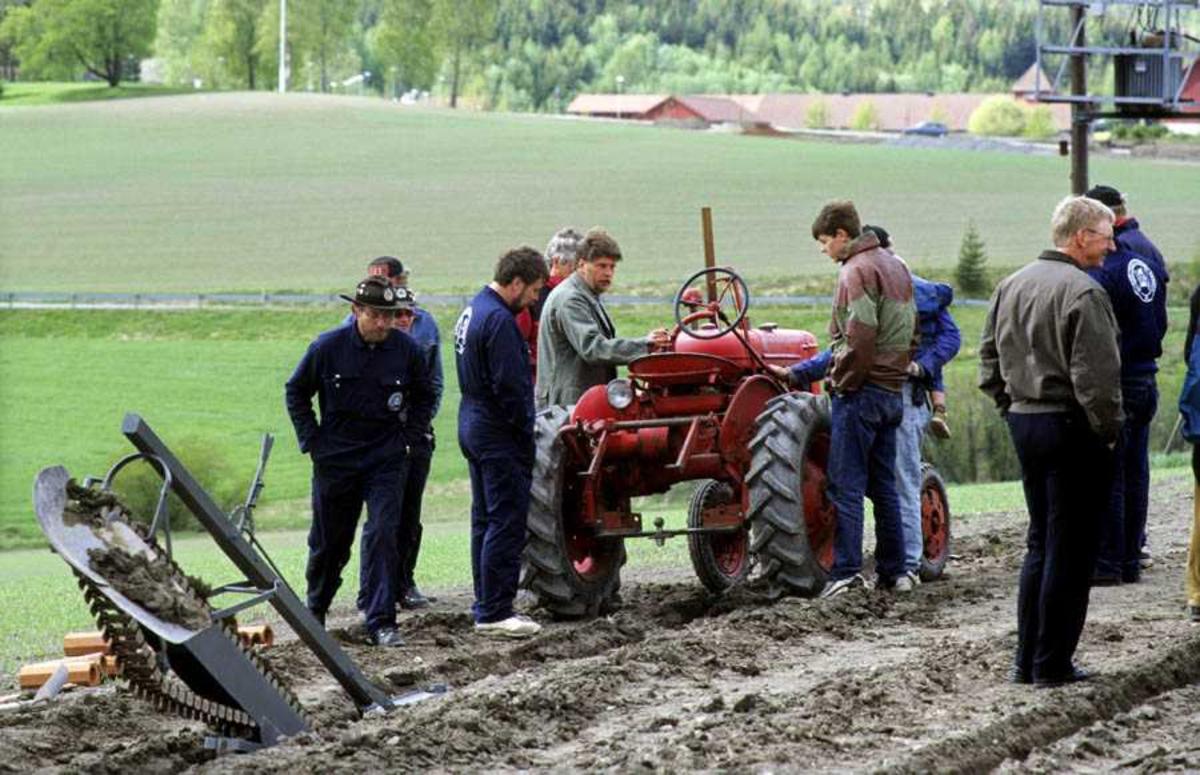 """Dokumentasjon av drenering med traktor og redskap, i forbindelse med åpning av ny utstilling: """"Jordbrukets utvikling på Romerike"""" på Gamle Hvam"""