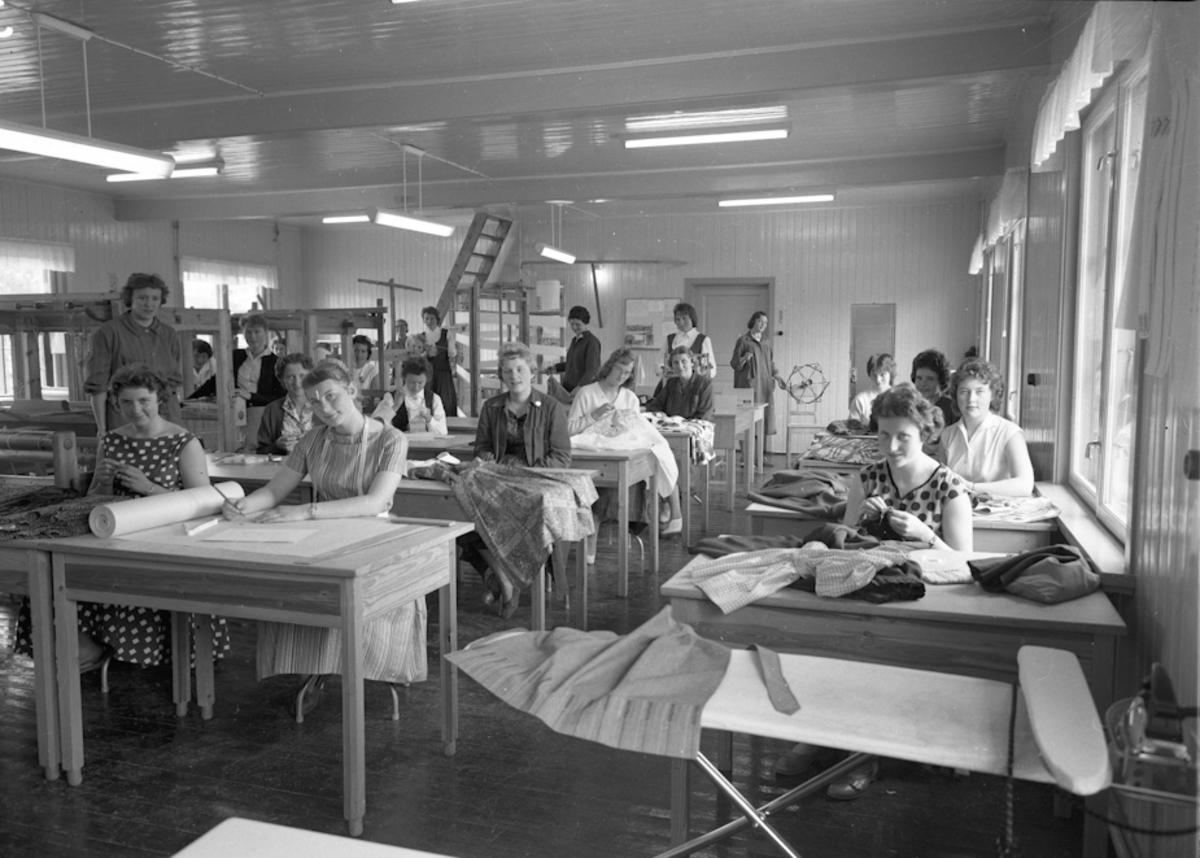 Jenter med håndarbeid.