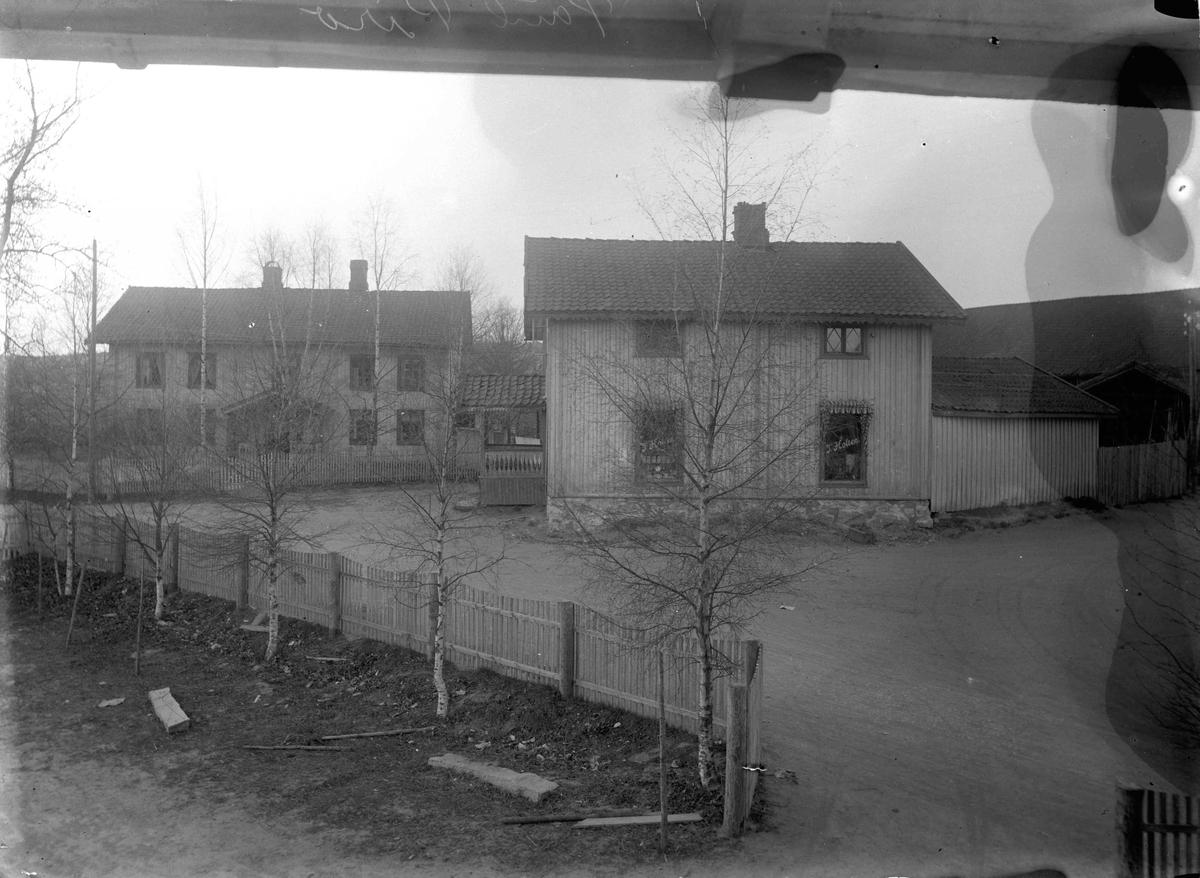 Piro - gården på Eidsvoll Verk, Karsten Ankersv.. T. Holten landhandel i det ene bygget.