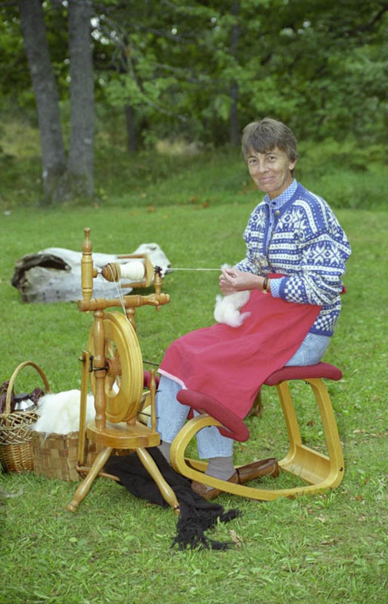 Håndverkeruke med Kulturringen på Follo museum, sept `98. Kvinne som spinner.