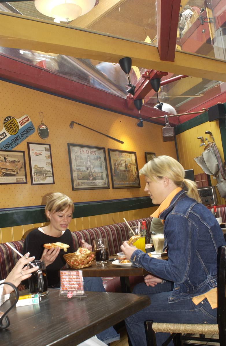 Kafegjester på røykerommet Peppes Pizza 1. etg. Ski Storsenter