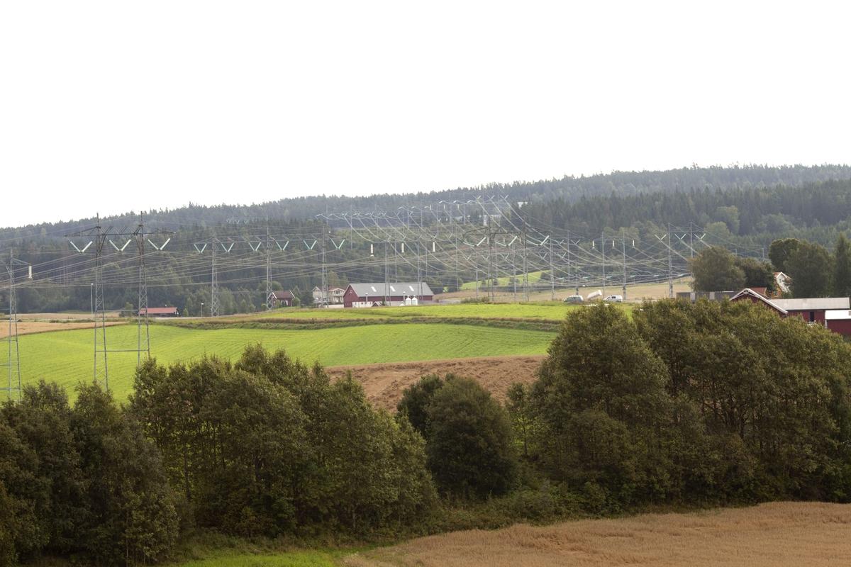 Høyspentmaster i Akershus. Høyspentmaster mellom Enger og Børke vest for riksvei 259 i Sørum kommune. Fotografiet er tatt mot øst.