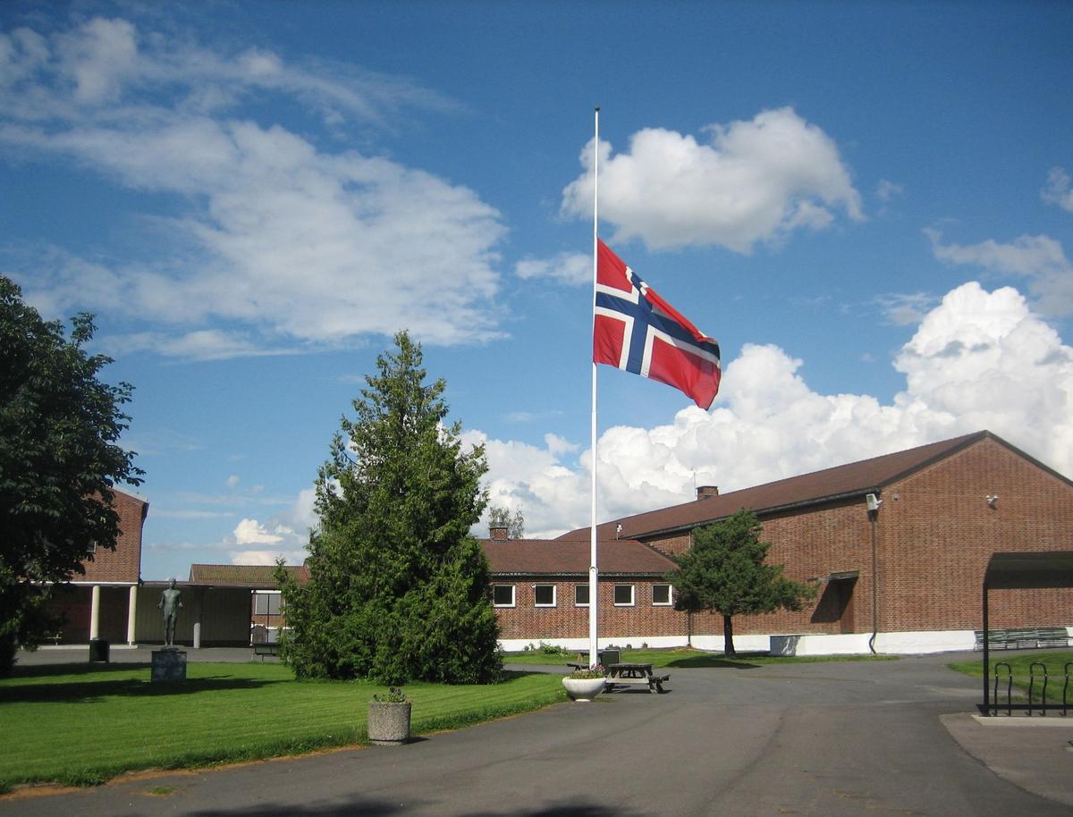 Minner etter terrorhandlingen den 22. juli 2011. Flagg på halvstang ved Lillestrøm videregående skole på den offisielle flaggdagen den 29.07.11.