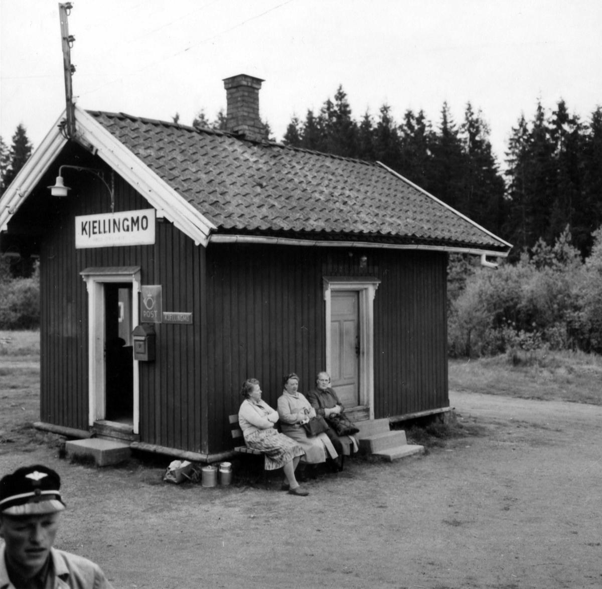 Kjellingmo stasjon på Aurskog-Hølandbanen. På benken sitter Konstanse Høglund, Margit Aaserød og Ragna Granberg