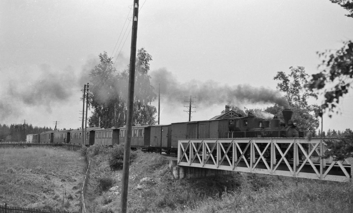 Tog 2051 retning Skulerud ved Fossum holdeplass og bro.