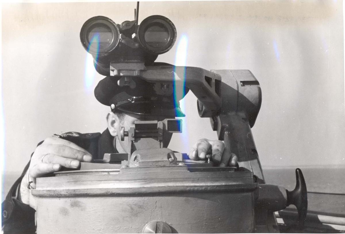 """Jageren """"Stord"""" blir overtatt av Den Norske Marine, 26.august 1943.  Bildet er tatt under prøveturen, og en offiser studerer navigasjonsutstyret."""