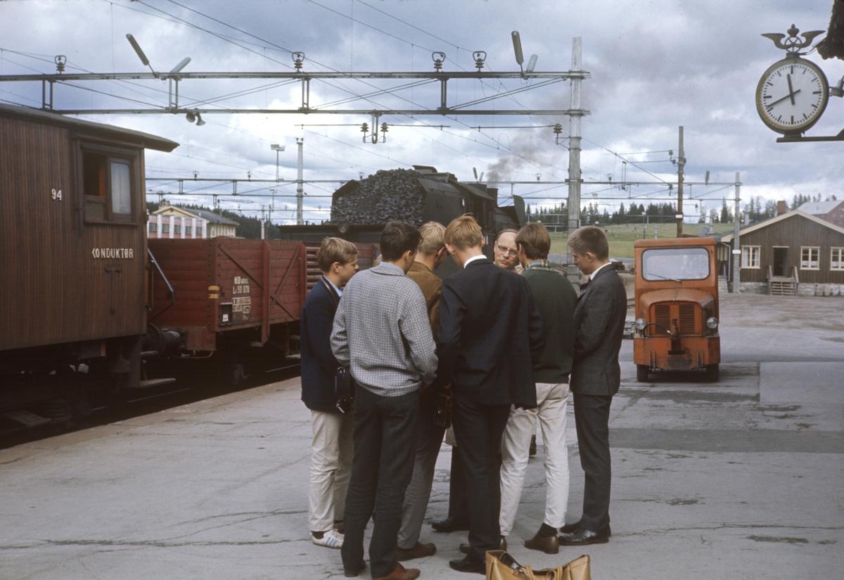 A/L Hølandsbanens veterantog til Skreia avventer avgang fra Eina stasjon.