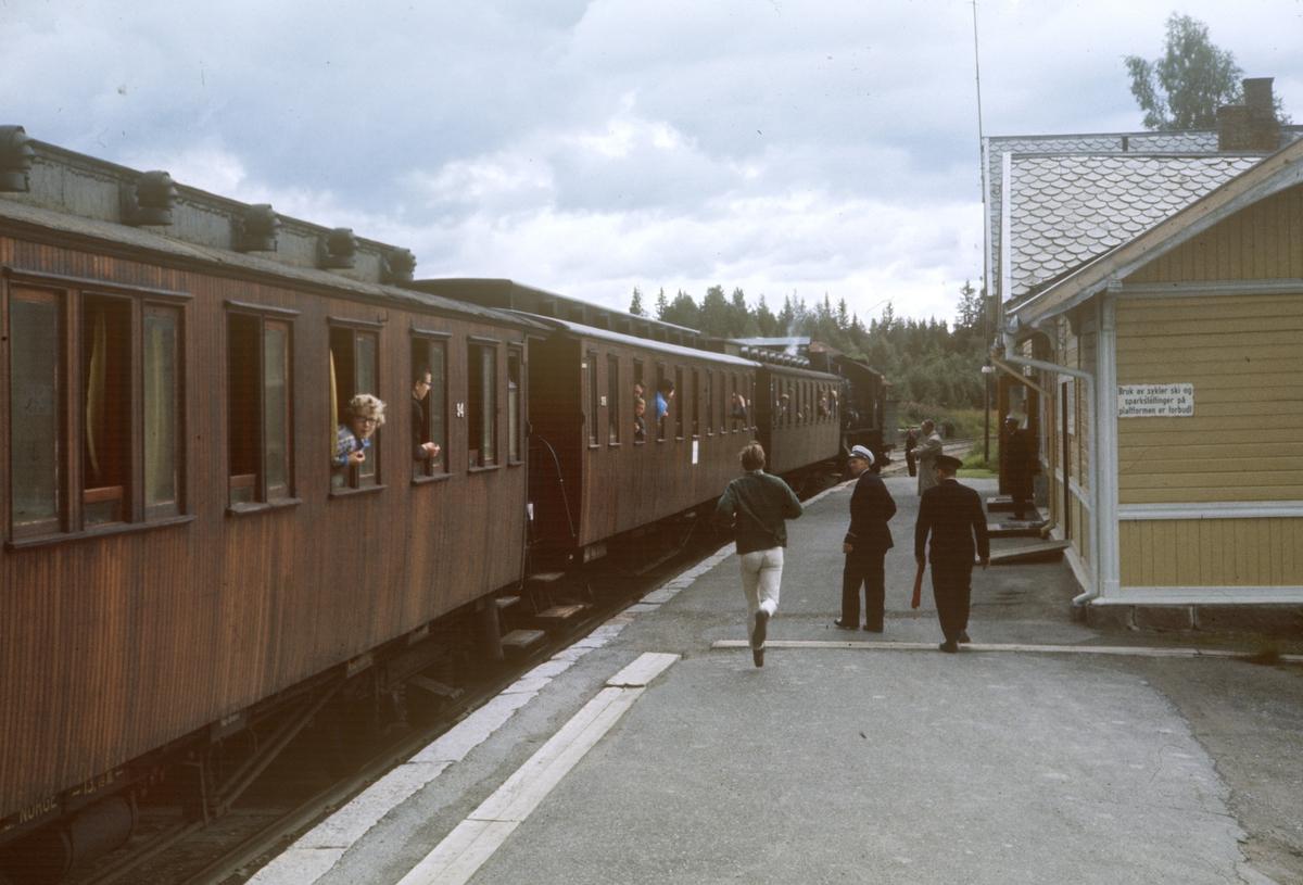 A/L Hølandsbanens veterantog til Skreia avventer avgang fra